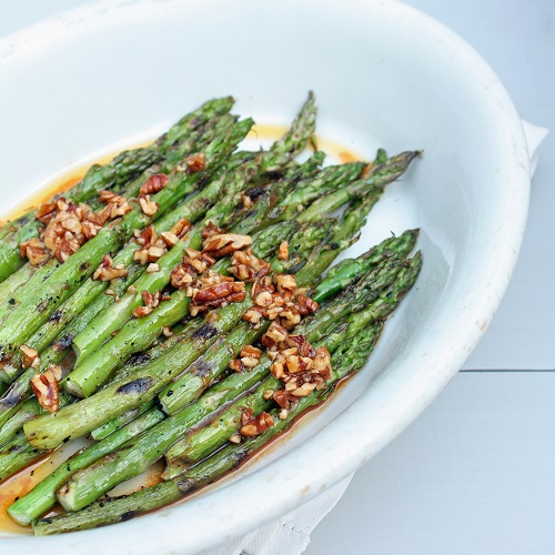 low carb grilled asparagus with sriracha and toasted pecans