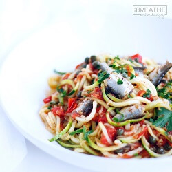 Zoodles with Sardines, Tomatoes & Capers – Low Carb